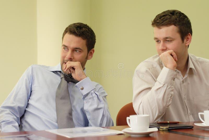 Deux hommes d'affaires lors du contact photographie stock libre de droits