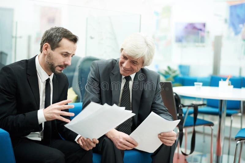 Deux hommes d'affaires mûrs au travail photos libres de droits