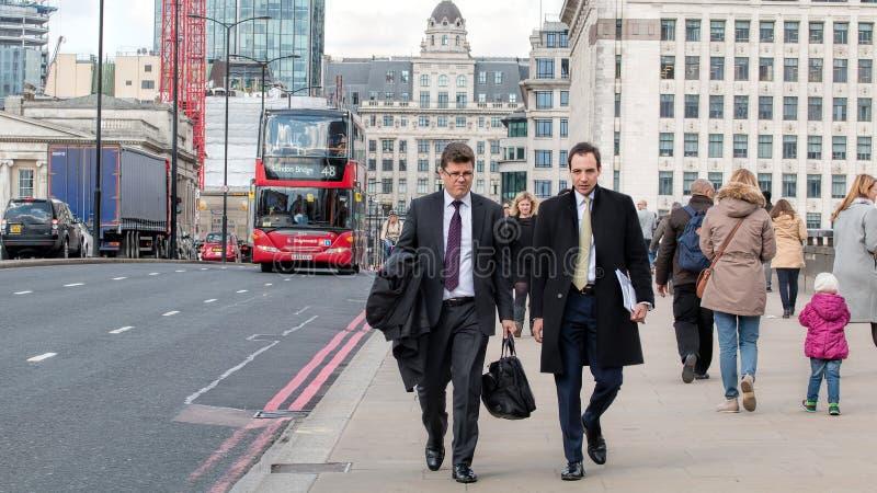 Deux hommes d'affaires marchant à travers le pont de Londres photographie stock libre de droits