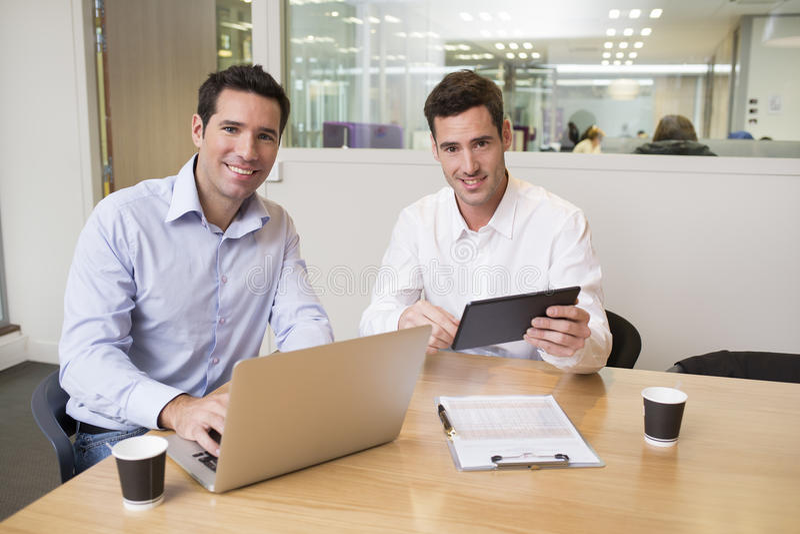 Deux hommes d'affaires occasionnels travaillant ensemble dans le bureau moderne, lookin images libres de droits
