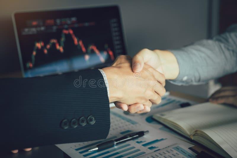 Deux hommes d'affaires ont accept? d'acheter et vendre des actions en se serrant la main afin d'accepter l'investissement mutuel image stock