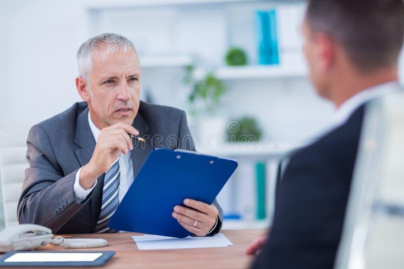 Download Deux Hommes D'affaires Parlant Et Travaillant Photo stock - Image du interaction, discussion: 56482912