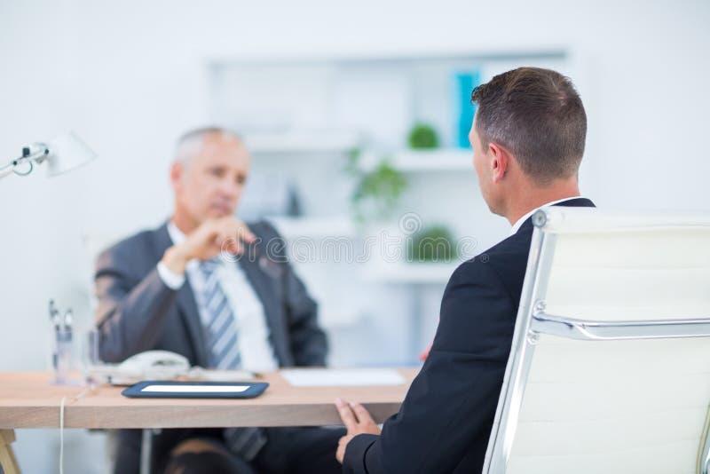 Download Deux Hommes D'affaires S'asseyant Et Parlant Photo stock - Image du discuter, interaction: 56482906