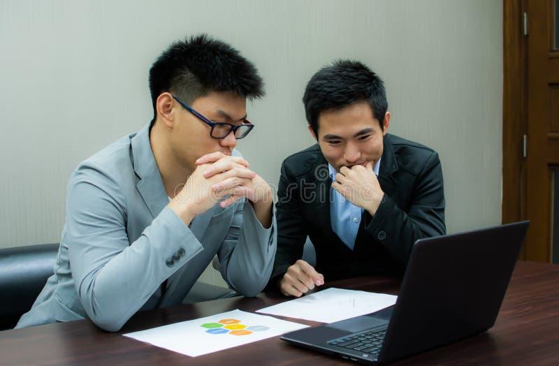 Deux hommes d'affaires se réunit dans une chambre photo libre de droits