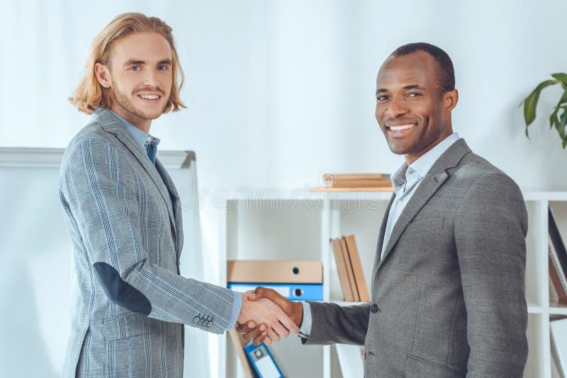 Deux hommes d'affaires se serrant la main images stock