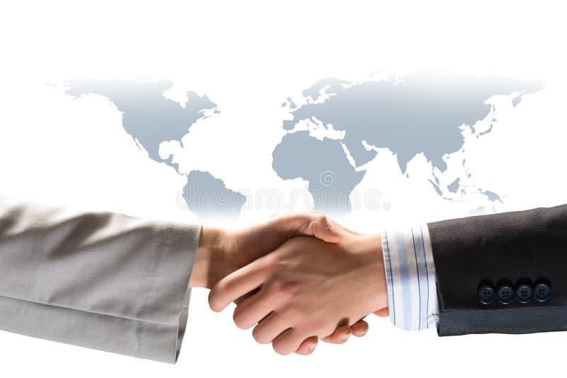 Deux hommes d'affaires se serrant la main photos stock