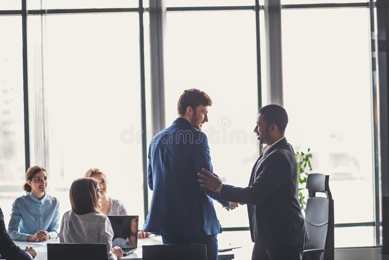 Deux hommes d'affaires se serrant la main lors de la réunion Grand concept d'affaire image stock