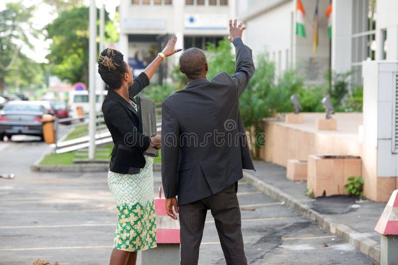 Deux hommes d'affaires se tenant dehors photos stock