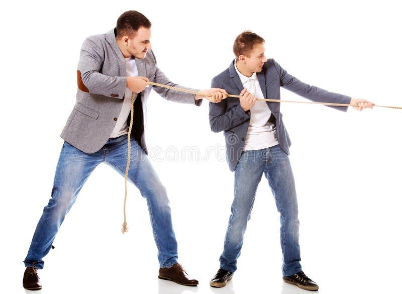 Deux hommes d'affaires tirant une corde photos libres de droits