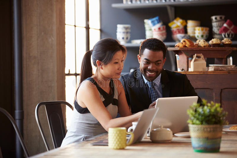 Deux hommes d'affaires travaillant à l'ordinateur portable en café photos stock