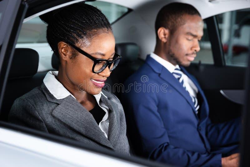 Deux hommes d'affaires voyageant en voiture photos libres de droits