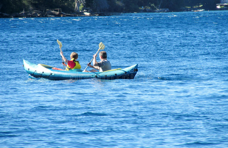 Deux hommes dans le kayak photographie stock libre de droits