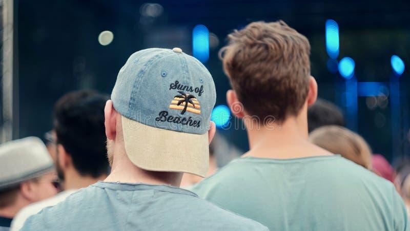Deux hommes dans un festival serrent A photo libre de droits