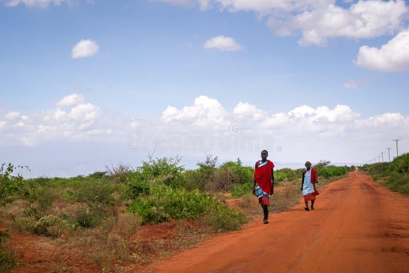 Deux hommes de maasai dans des vêtements traditionnels, Kenya photo libre de droits