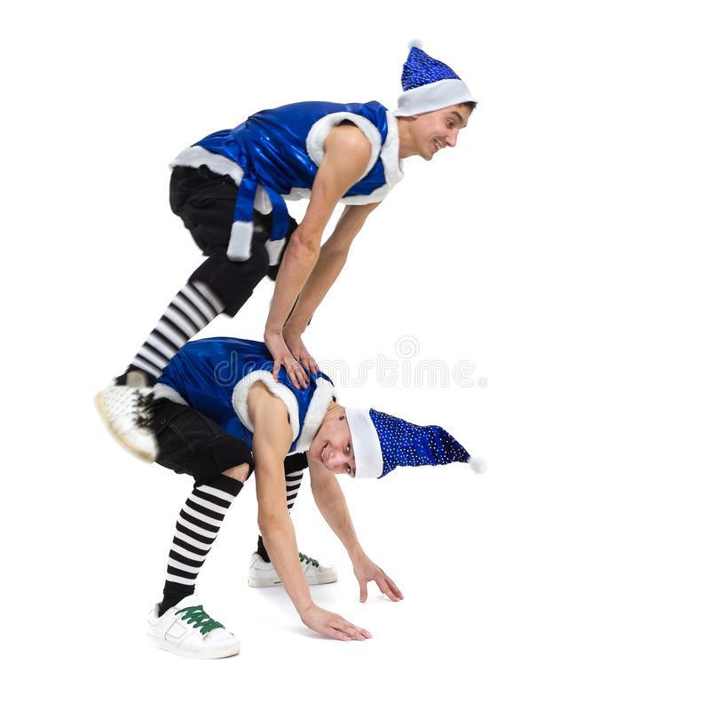 Deux hommes de Noël dans Santa bleue vêtx la danse contre le blanc d'isolement d'intégral image libre de droits