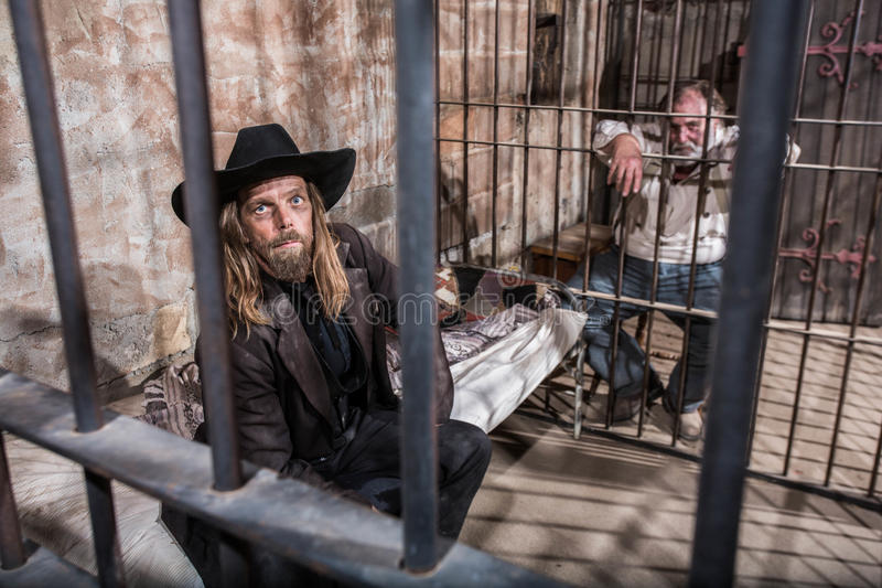 Deux hommes emprisonnés images stock