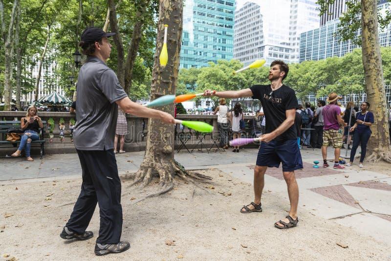 Deux hommes jouant la jonglerie à New York City, Etats-Unis photographie stock libre de droits