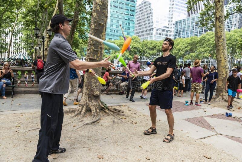 Deux hommes jouant la jonglerie à New York City, Etats-Unis photos libres de droits