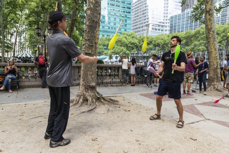 Deux hommes jouant la jonglerie à New York City, Etats-Unis photo libre de droits
