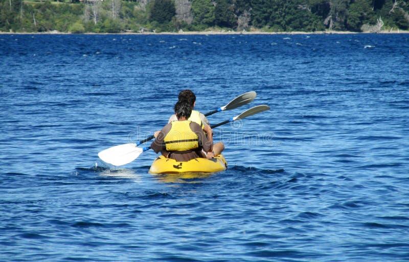 Deux hommes kayaking photo stock