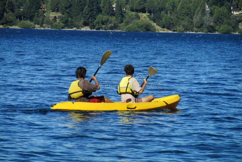 Deux hommes kayaking images libres de droits