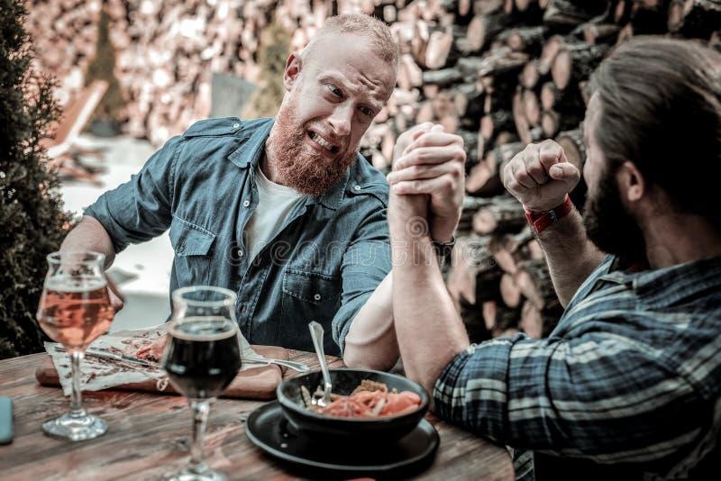 Deux hommes mûrs ajustant dans le bras de fer images libres de droits