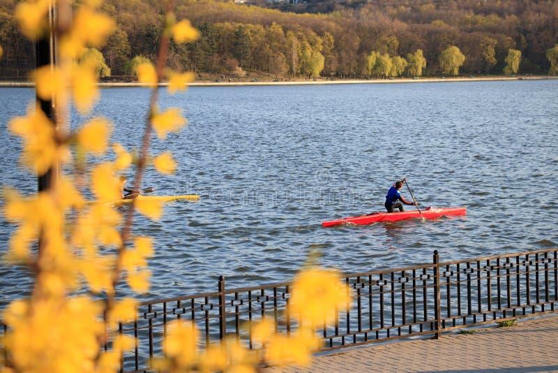 Deux hommes montent un kayak image libre de droits