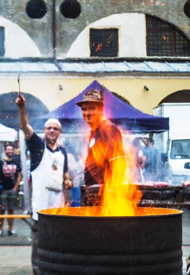 Deux hommes préparent des châtaignes de rôti, l'Europe, traditions, voyagent concentré image libre de droits