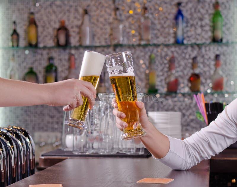 Deux hommes se grillant avec des leurs bières image stock