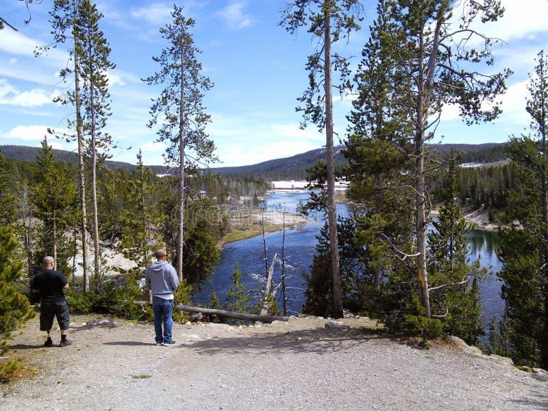 Deux hommes se tenant près de la rivière Yellowstone image stock