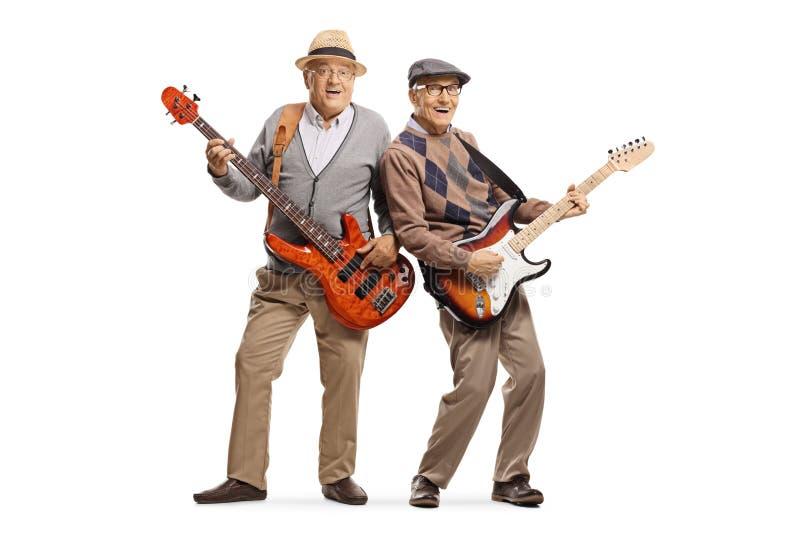 Deux hommes supérieurs gais jouant les guitares électriques photos stock