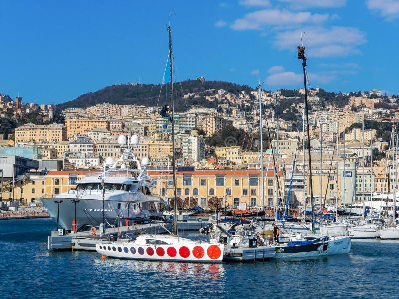 Deux hommes travaillant à un mât d'un bateau, dans le port de Gênes, l'Italie, images libres de droits