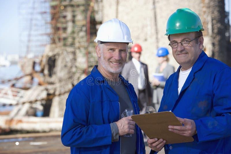 Deux ingénieurs de expédition prenant des notes photographie stock