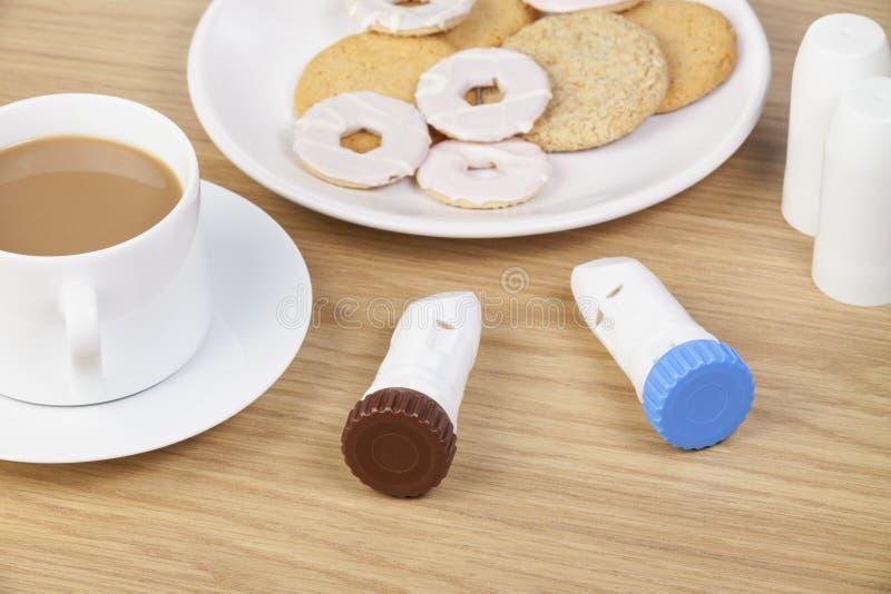 Deux inhalateurs de poudre d'asthme s'étendant sur la table de petit déjeuner photo libre de droits