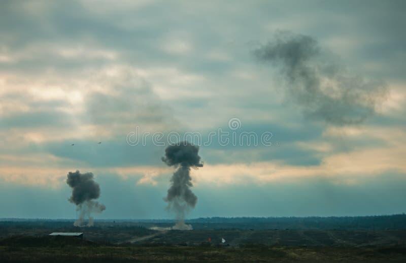 Deux jets de l'Armée de l'Air bombardant des cibles aux entraînements militaires images stock