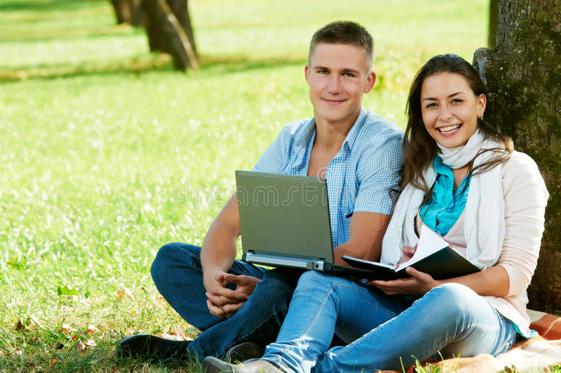 Deux jeunes étudiants de sourire à l'extérieur photo libre de droits