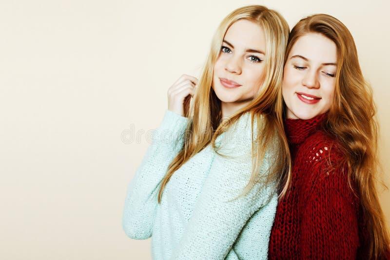 Deux jeunes amies ayant l'amusement lifestyle Amis de l'adolescence blonds images stock