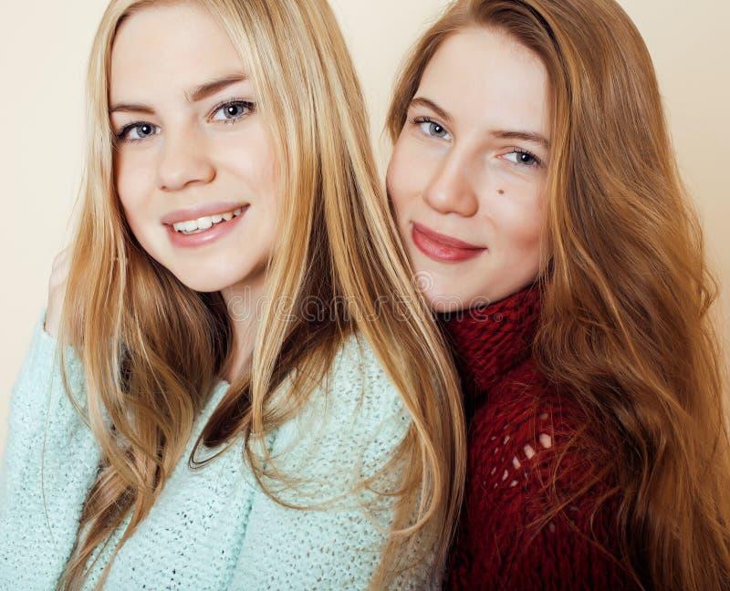 Deux jeunes amies dans des chandails d'hiver à l'intérieur image stock