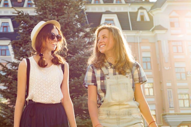 Deux jeunes amies ont l'amusement dans la ville, vacances d'été, éducation, concept adolescent photo libre de droits