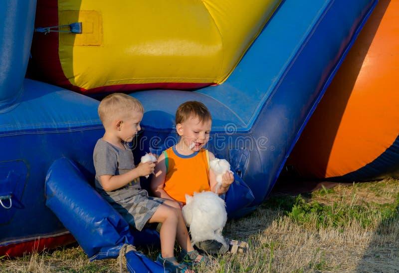 Deux jeunes amis mangeant la soie de sucrerie photographie stock libre de droits