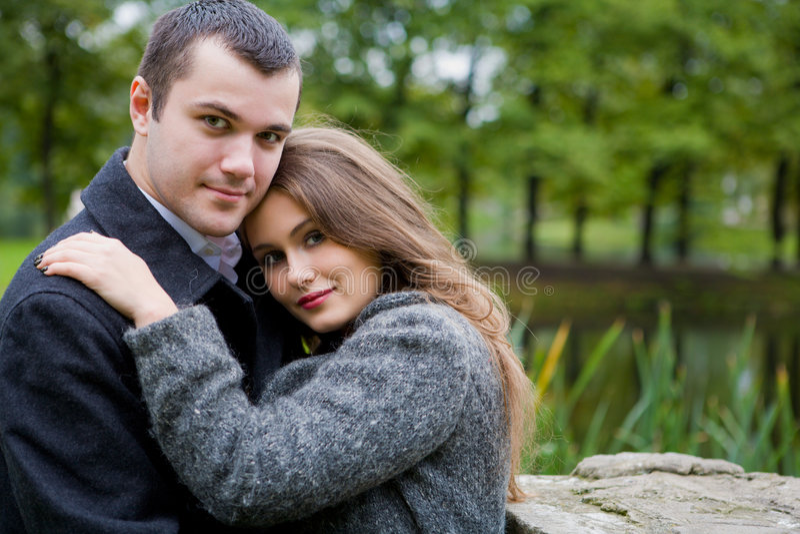 Deux jeunes amoureux photographie stock