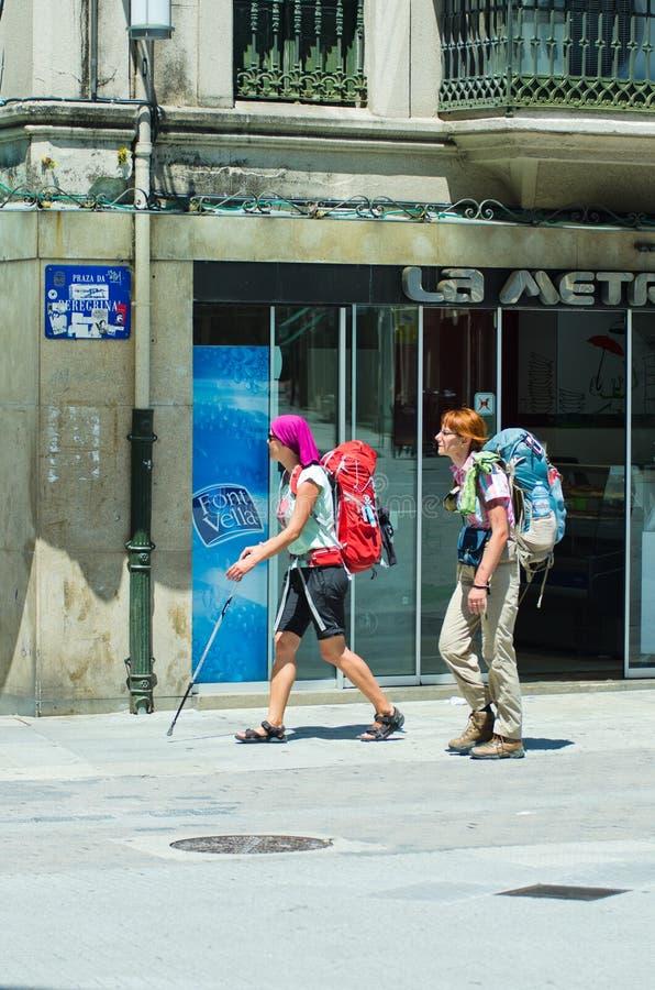 Deux jeunes, chargé avec des sacs à dos images stock
