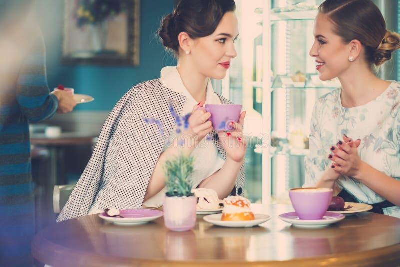Deux jeunes dames élégantes dans un café photo stock