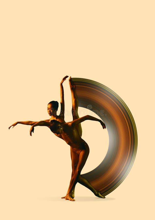 Deux jeunes danseurs classiques f?minins sous des baisses de l'eau illustration libre de droits