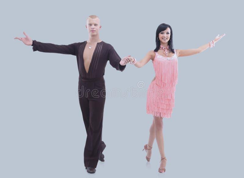 Deux jeunes danseurs de salle de bal dans le studio sur le fond gris images libres de droits