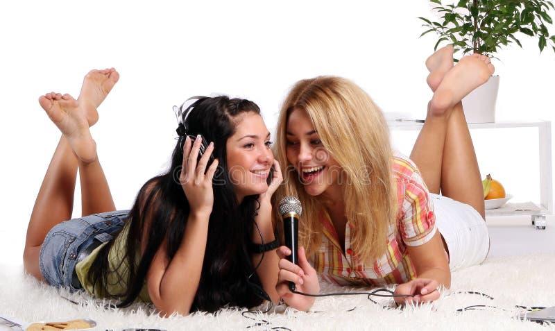 Deux jeunes et belles soeurs photographie stock