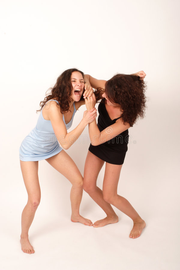 Deux jeunes femmes 2 de combat image stock