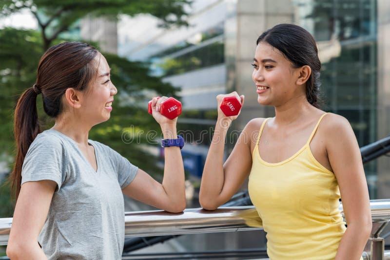 Deux jeunes femmes asiatiques regardant l'un l'autre photos libres de droits