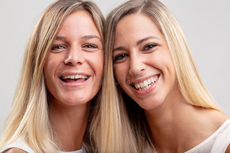 Deux jeunes femmes blondes assez heureuses image libre de droits