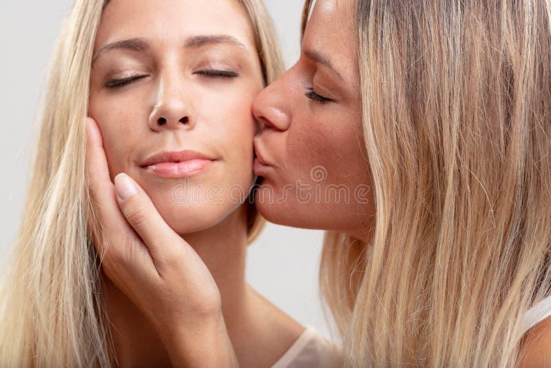 Deux jeunes femmes blondes dans l'amour photographie stock
